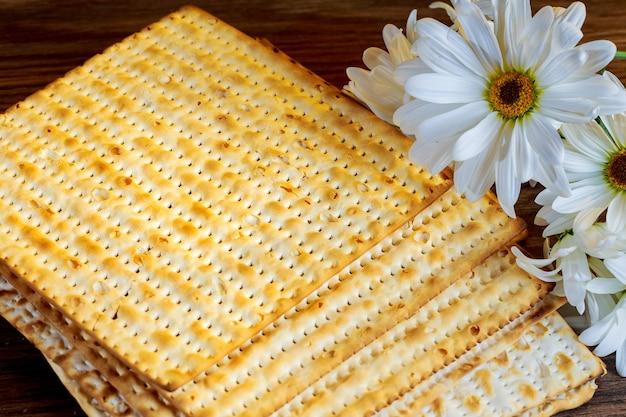 Joods eten joodse vakantie pascha achtergrond matzoh joodse feestdag brood en bloemen op gerbera