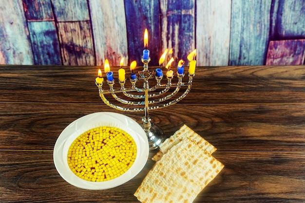 Joods feestdagsymbool joods eten joods symbool chanoeka menorah met kaarsen en matzesoep
