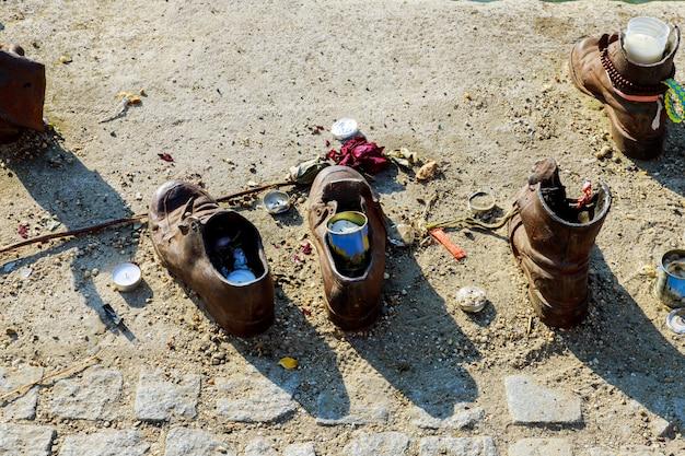 Joods gedenkteken de schoenen van de mensen in de rivier van donau, boedapest, hongarije