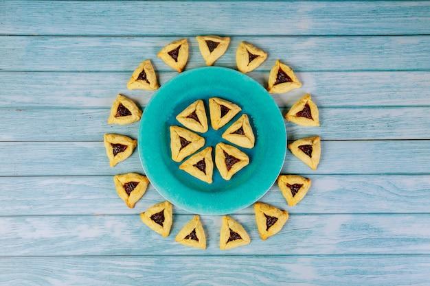 Joods koekjespatroon voor purim op houten achtergrond.