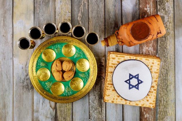 Joods pascha matzah, kiddush en seder met tekst in hebreeuws ei, bot, kruiden, karpas, chazeret en charoset