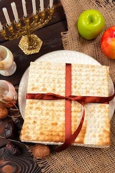 Joods vakantiepascha bannerontwerp met wijn, matzo op houten.