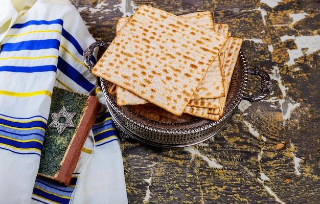 Joodse de vakantiebrood van de paschamzoh over houten lijst.