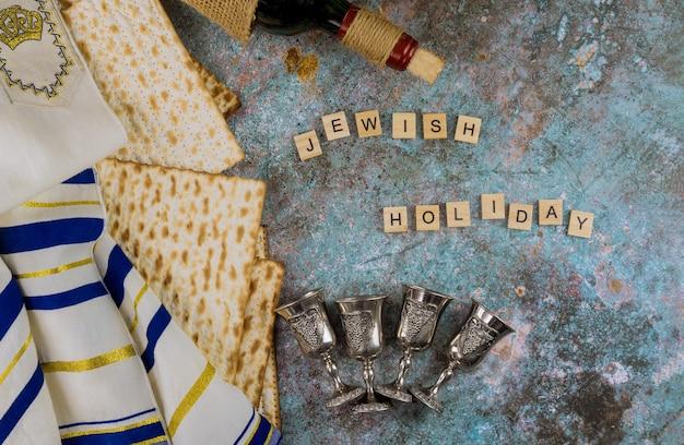 Joodse familievakantie pascha op matzah en vier kopjes voor koosjere wijn de pesach-viering