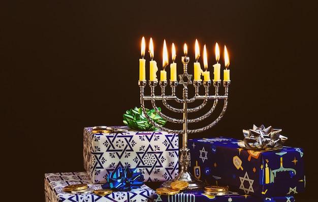 Joodse feestdag chanoeka met menora in het festival