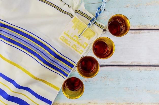 Joodse feestdag hannukahb wijn en matzoh - elementen van het joodse paasmaal