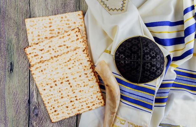Joodse feestdag joods pesach stilleven met wijn en matzoh joods pesachbrood