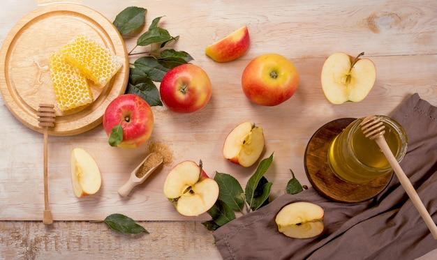 Joodse feestdag rosh hashana-oppervlak met appels en honing op bord. uitzicht van boven. plat leggen