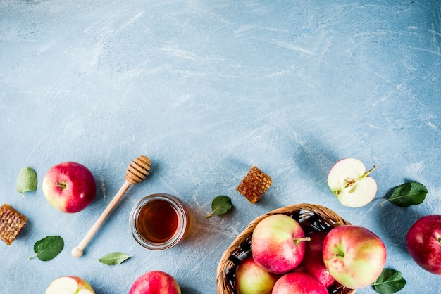 Joodse feestdag rosh hashanah of appel feest concept, met rode appels, appelbladeren en honing in pot