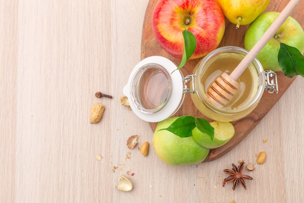 Joodse feestdag rosj hasjana achtergrond met honing en appels op houten tafel.