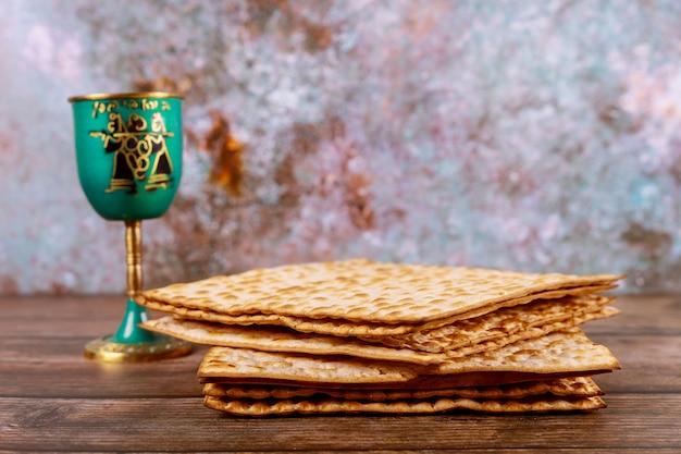 Joodse feesttafel voor pascha met matzah en kopje koosjere wijn