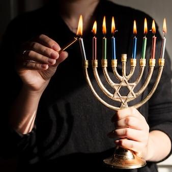 Joodse kandelaarhouder met kaarsen