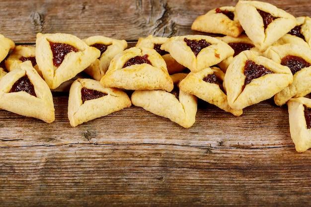 Joodse koekjes gevuld met jam voor purim-vakantie.