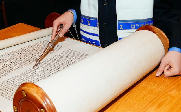 Joodse man gekleed in ritueel kleding torah in bar mitswa