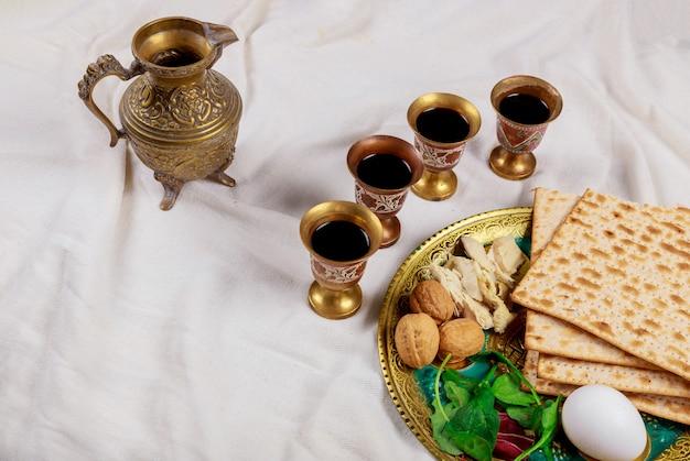 Joodse pesah feestdag ongezuurde broden matzoh met kiddush en vier kop wijn