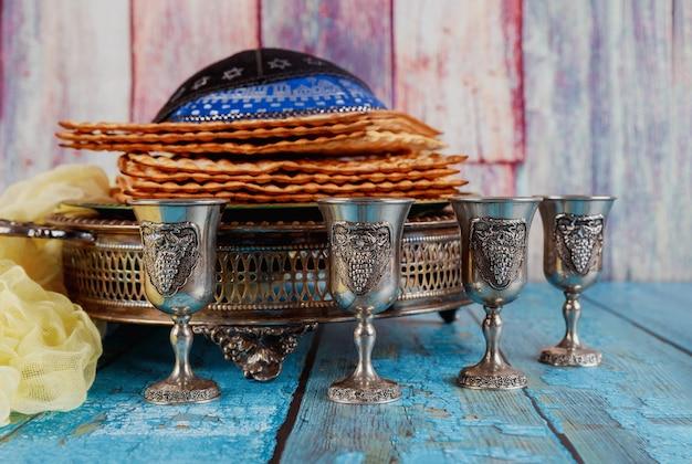 Joodse pesah vakantie ongezuurde brood matzoh met kiddush vier kop wijn en kipah