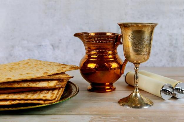 Joodse pesah vieren, matzoh en traditionele seder plaat