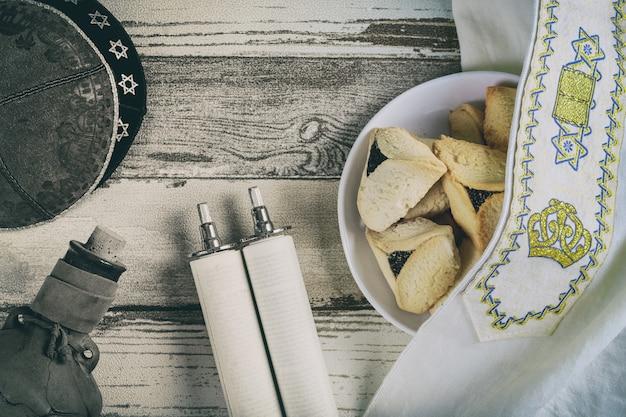 Joodse purim hamantaschen zelfgemaakte koekjes met purim bovenaanzicht