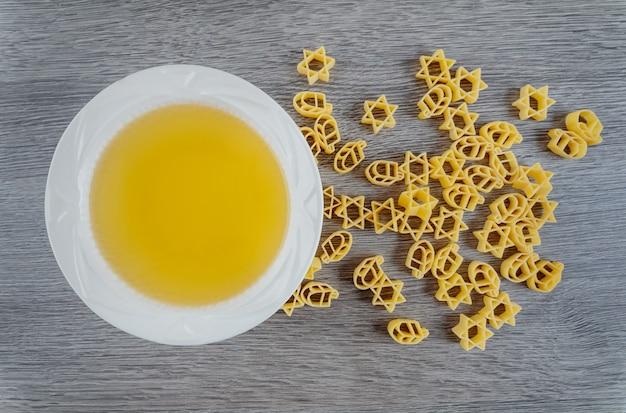 Joodse soep pasta voor bouillon kippenbouillon joods vakantiesymbool