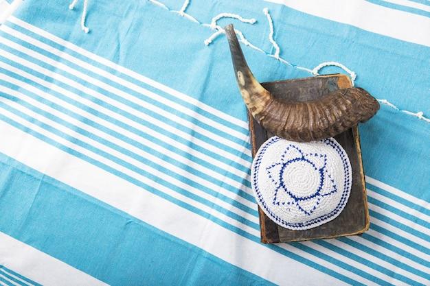 Joodse traditionele voorwerpen op een boek