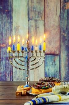 Joodse vakantie joods symbool hanukkah achtergrond met menorah hout dreidel traditie