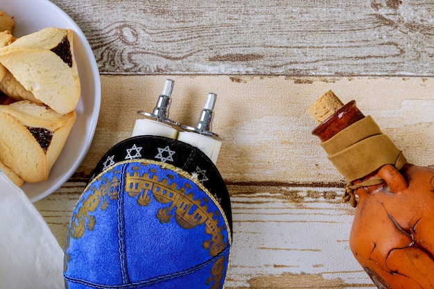 Joodse vakantie purim met carnavalmasker en hamantaschen koekjes. plat leggen