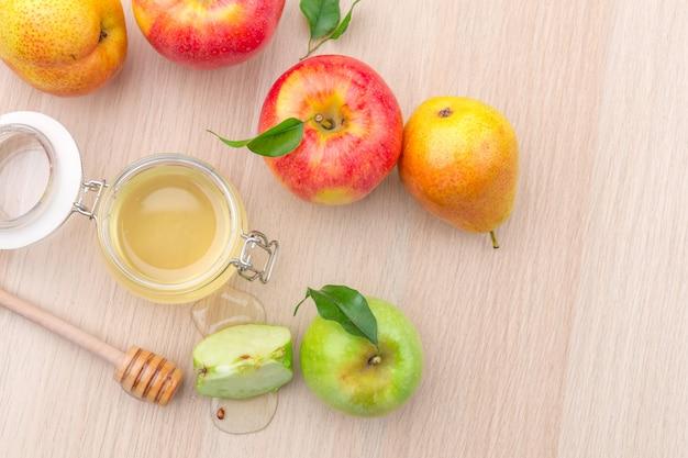 Joodse vakantie rosh hashanah met honing en appels op houten tafel.