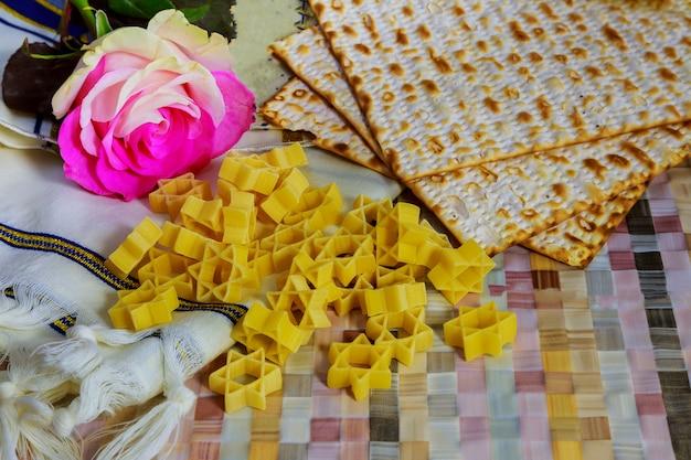 Joodse vakantiepassover matzot met seder op plaat op lijst dichte omhooggaand