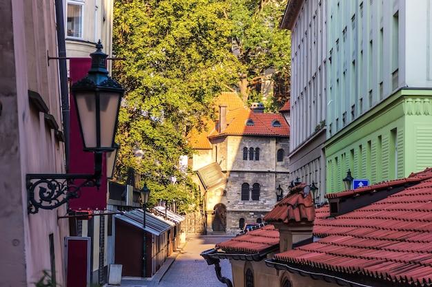 Joodse wijk en oude synagoge in het centrum van praag.