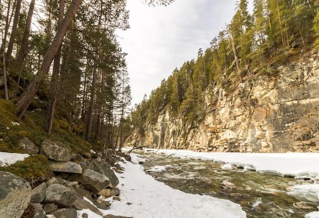 Jora river, in dombaas, oppland in noorwegen. sneeuw