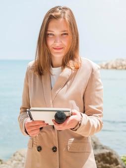 Journalist op het vooraanzicht van de zee