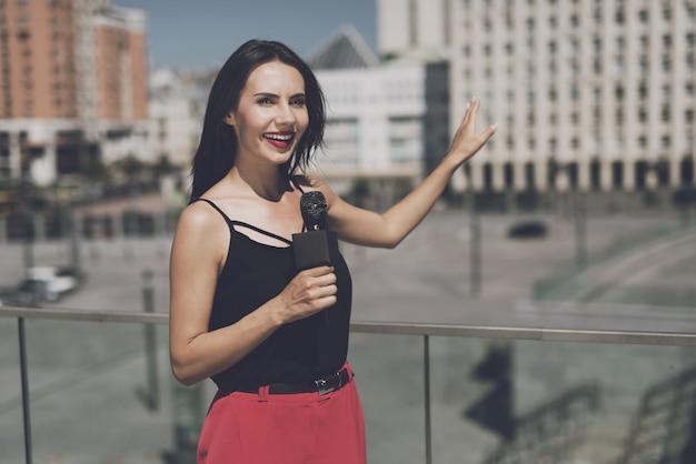 Journalist voert rapport uit over de achtergrond van huizen.