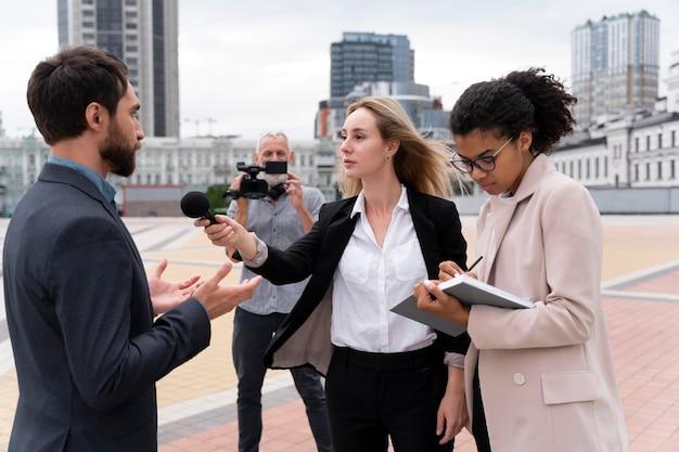 Journalisten die buiten een interview afnemen
