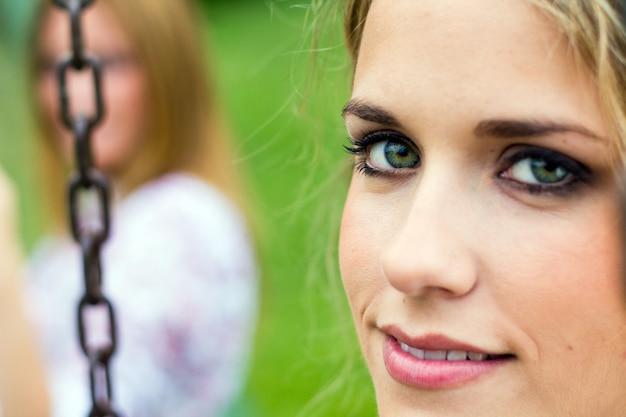 Joven femenino alegria parque sonrisa