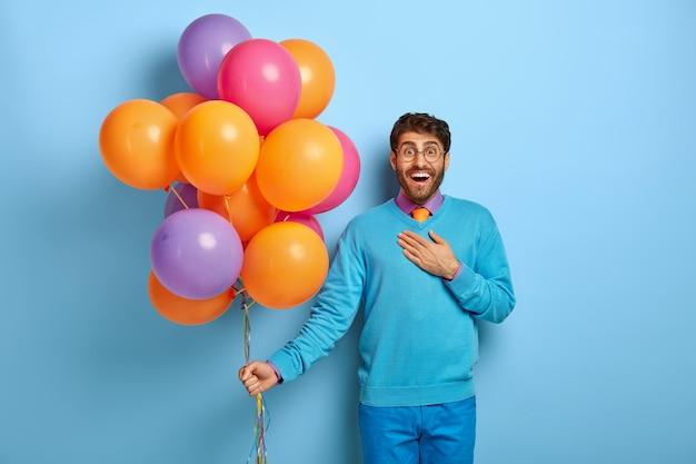 Joyous verrast man onder de indruk van iets positiefs, op feestje in de club