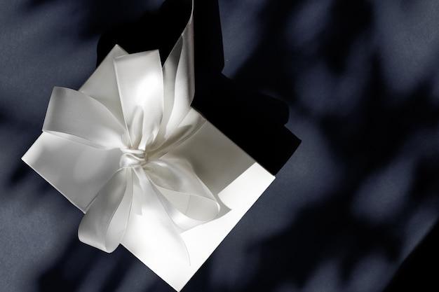 Jubileumviering winkelverkooppromotie en luxe verrassingsconcept luxe vakantie witte geschenkdoos ...