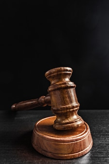 Judge's gavel over zwarte achtergrond