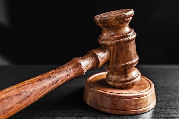 Judge's hamer over zwart