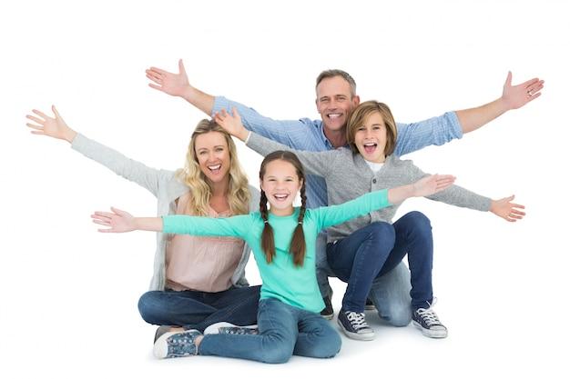 Juichende familie met twee kinderen op de grond zitten