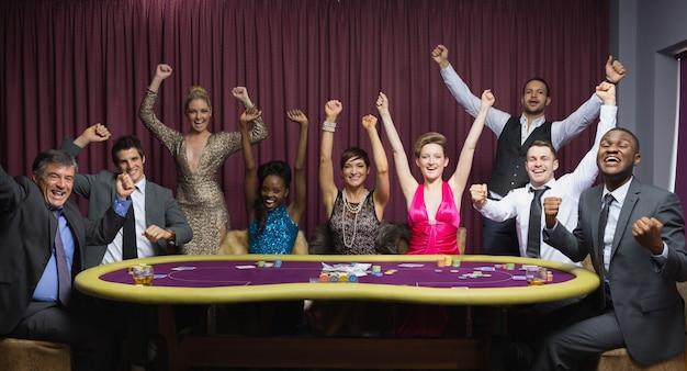 Juichende groep aan pokertafel
