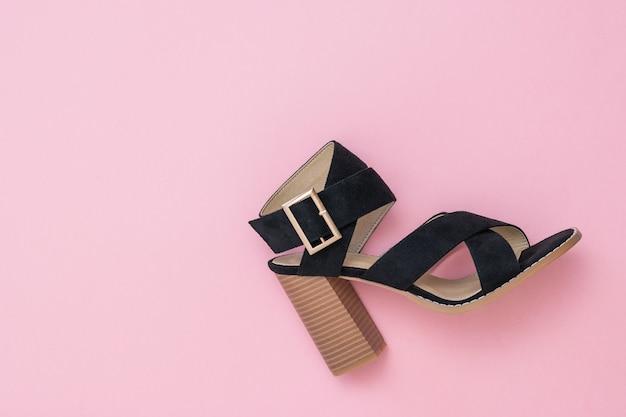 Juiste zomer suède schoen voor dames op roze achtergrond. mode damesschoenen.