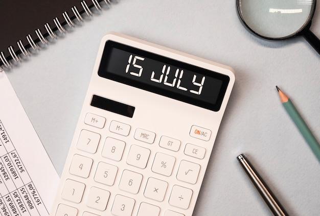 Juli herinnering aan de dag van de belastingdeadline op de rekenmachine