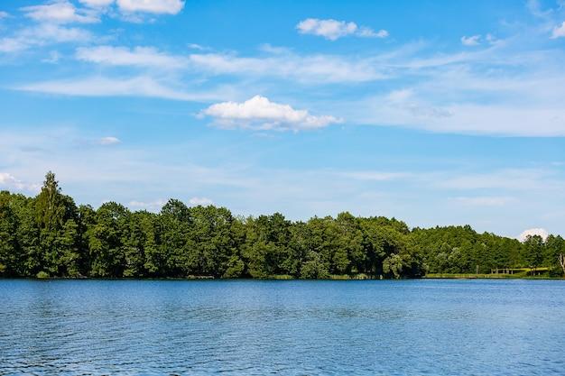 Juli landschap aan een rustig meer
