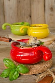 Julienne met kip en champignons onder een kaaskorst