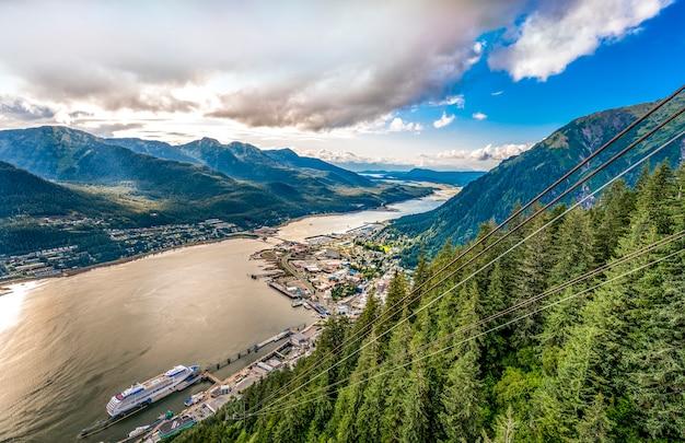 Juneau alaska met bergachtergrond