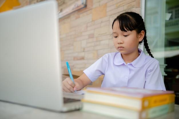 Junior basisschool meisje studie thuis