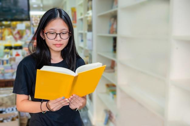 Junior middelbare school meisje huiswerk