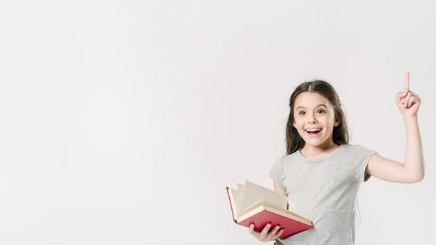 Junior staat met het boek in opwinding