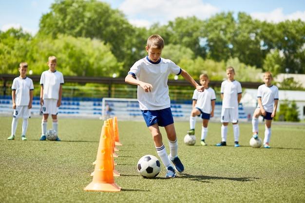 Junior voetballer op praktijk