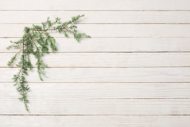 Juniper takken op een witte houten achtergrond. kerstmis en nieuw
